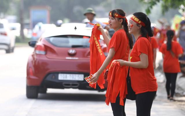 Nhiều cô gái trẻ cũng tham gia việc bán cờ, băng-rôn. Theo Hoa - một cô gái cho biết, bản thân đi bán vì không khí là chính chứ không đặt nặng việc lời lãi.