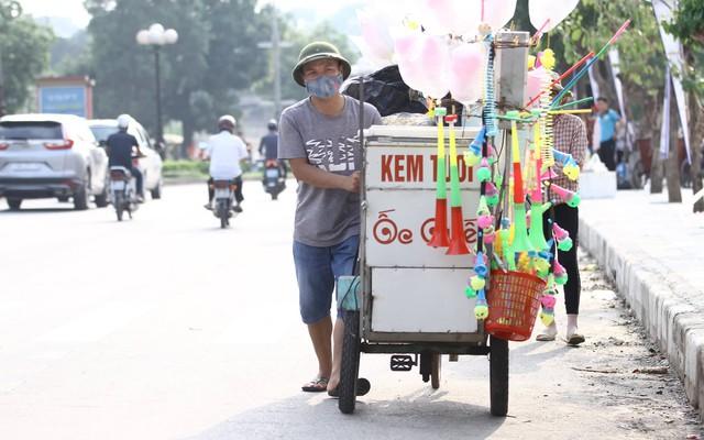 Một chàng trai bán đồ ăn cũng tranh thủ ăn theo sự kiện bóng đá tại quê hương.