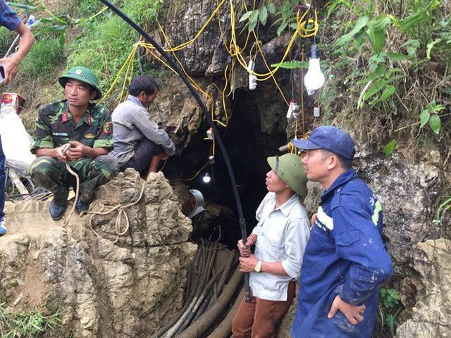 Lực lượng chức năng lắp đặt quạt thông gió, bóng điện để phục vụ công tác tìm kiếm. Ảnh: TN