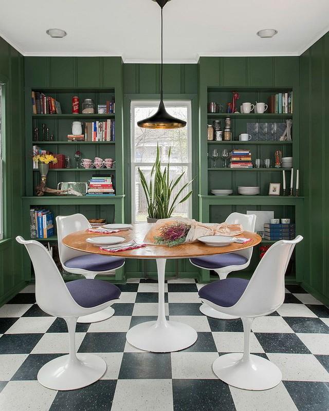 Phòng ăn được thiết kế giá đỡ chắc chắn màu xanh đậm làm phần khung nổi bật cho cả không gian.