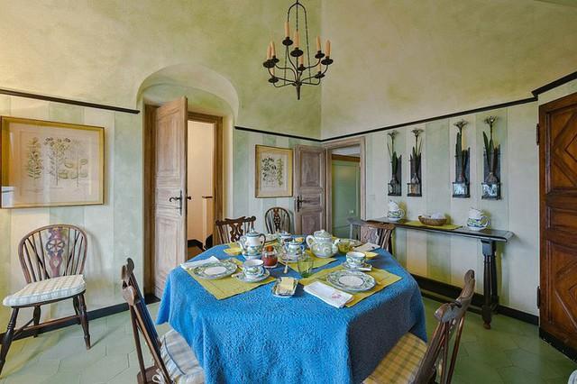 Phòng ăn theo phong cách Địa Trung Hải với những bức tường màu xanh lá cây nhạt nhẹ nhàng.