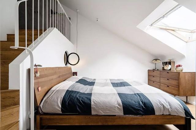 Phòng ngủ của bé là không gian tương đối lạ mắt với gam màu hồng san hô mà cô con gái yêu thích. Những nội thất cơ bản luôn có mặt trong mọi không gian để đảm bảo sự tiện dụng cho mọi người khi sinh hoạt trong nhà.