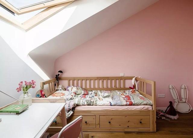 Phòng của con gái trên gác xép đẹp nền nã, đáng yêu với màu hồng san hô.