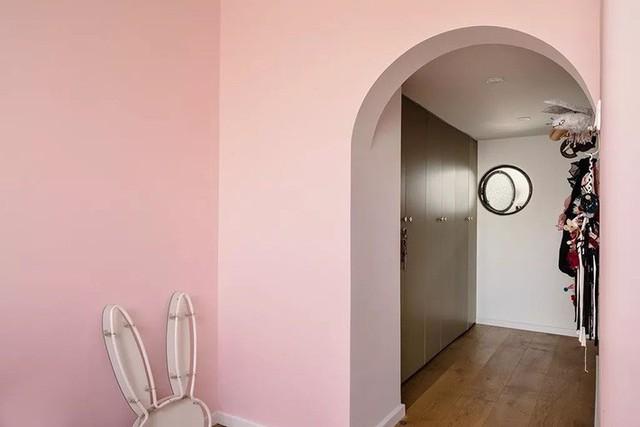 Phòng tắm được sử dụng tone màu lạ mắt. Các gam màu kết hợp với nhau một cách táo bạo để tạo nên hiệu ứng vui nhộn, hiện đại, bắt mắt. Không gian thư giãn không chỉ đủ đầy với các nội thất, vật dụng cần thiết mà còn có khả năng điều chỉnh tâm trạng nhờ bảng màu được phối hợp ăn ý, hài hòa.