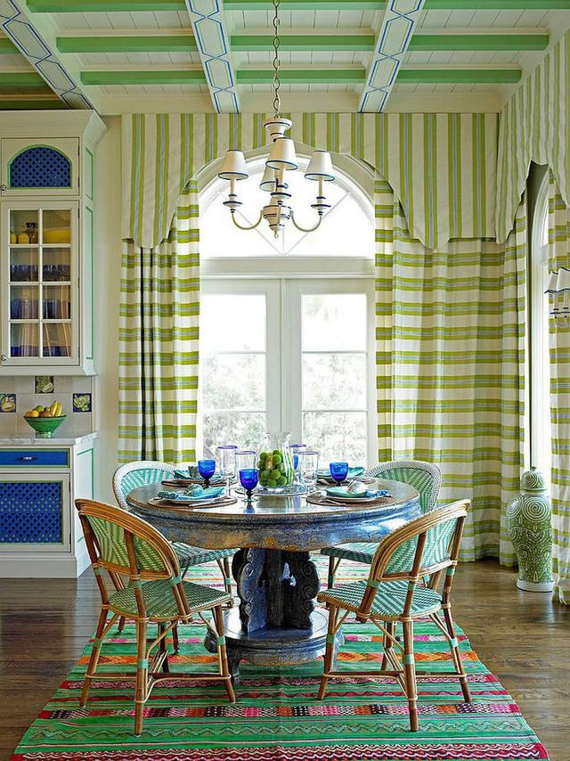 Một trong những xu hướng thiết kế phòng ăn nổi bật của năm 2018 chính là sử dụng gam màu xanh trong phong cách miền nhiệt đới, bãi biển và nhiều hơn thế nữa.