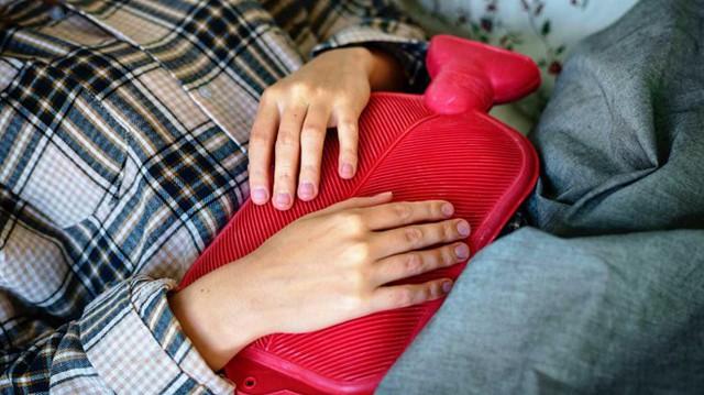 Chườm nóng: Đặt một vật ấm vào vùng bụng có thể giúp thư giãn cơ bắp, giảm đau, căng thẳng và chuột rút. Bạn có thể sử dụng một chai chứa đầy nước nóng, chăn điện được sưởi ấm hoặc thậm chí là làm nóng một chiếc tất chứa đầy gạo rồi đặt nó trên bụng trong vài phút. Bạn sẽ cảm nhận được hiệu quả ngay tức thì.