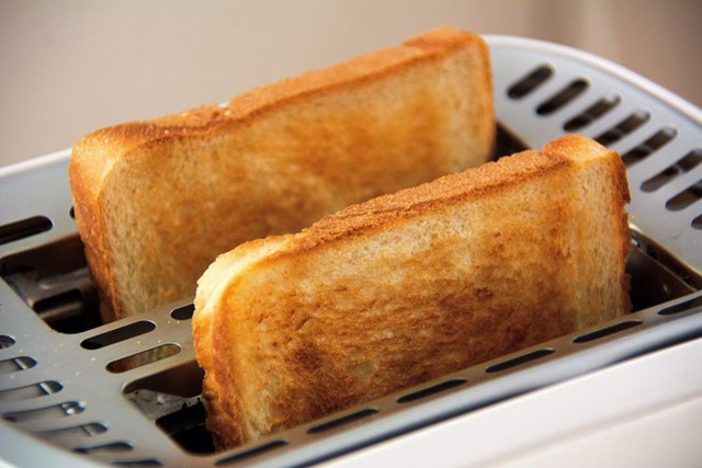 Bánh mì nướng: Ăn bánh mì nướng cháy có thể giúp bạn kiểm soát cảm giác buồn nôn và giảm đau bụng. Khí carbon trong phần cháy có tác dụng hấp thụ độc tố và hoạt động như bộ lọc ngăn chặn một số vi sinh vật thâm nhập vào ruột.