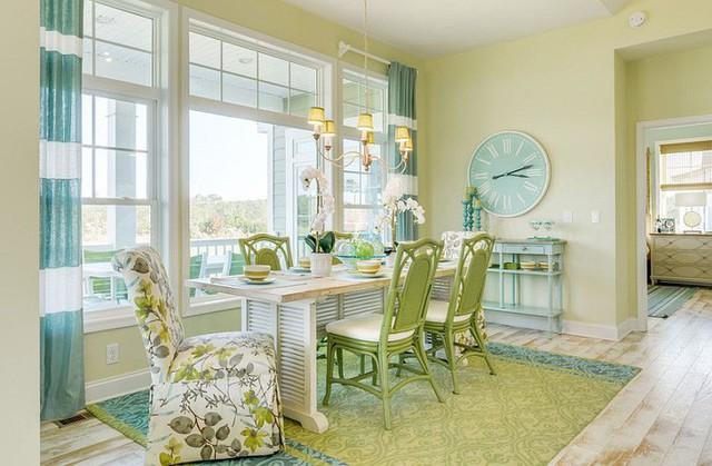Phòng ăn với theo phong cách bãi biển ngập tràn cảm giác thư giãn với màu xanh lục và xanh dương.