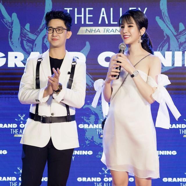 Khi tham dự sự kiện, cô thường chọn những mẫu váy áo ôm sát khoe bụng bầu kiêu hãnh.