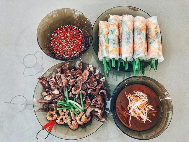 Ớt và rau xanh là hai thực phẩm không thể thiếu cô dùng khi nấu nướng. Bạn bè đùa Lan Khuê rằng phụ nữ ăn cay thường hay ghen.