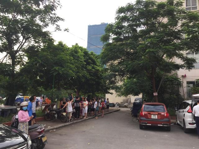 Hà Nội: Cháy ở chung cư Nam Trung Yên, người dân hốt hoảng chạy xuống đường - Ảnh 2.