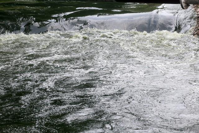 Theo đơn vị thoát nước Hà Nội, tại thời điểm xả cửa, mức nước tại Hồ Tây đang cao hơn quy định là khoảng 25cm. Ảnh: Bảo Loan