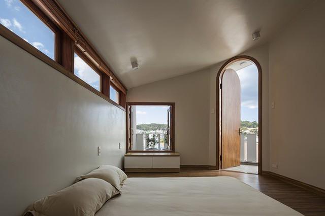 Để có được sự chan hòa ánh sáng như mong muốn của chủ nhà, các ô cửa xuất hiện như những vật hút ánh sáng.