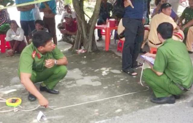 Cảnh sát khám nghiệm hiện trường. Ảnh: Nhật Tân.