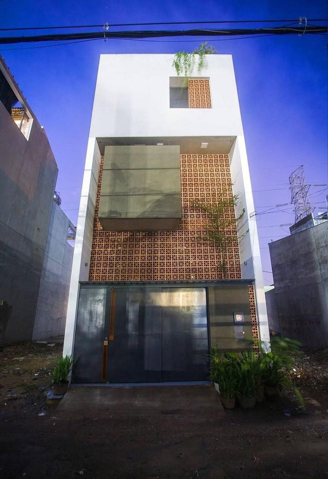 Mặt tiền ngôi nhà ấn tượng và gợi nhớ đến những căn chung cư, khu tập thể cũ.