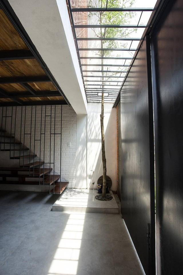 Tuy vậy không gian thú vị nhất trong nhà phải kể đến khu vực phòng khách ở tầng lửng. Bên cạnh yếu tố nội thất hay điểm nhấn từ mảng tường hoa thông gió, khu vực này còn được thiết kế võng trần rất cá tính. Chiếc võng trần này vừa đảm bảo được sự lưu thông ánh sáng giữa các tầng, vừa là không gian thư giãn cho các thành viên.