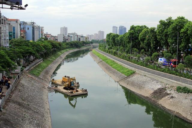 Nước bề mặt khá trong xanh, sạch sẽ và hết mùi hôi thối là những diễn biến tích cực đang diễn ra tại sông Tô Lịch, sau khi đơn vị thoát nước Hà Nội bổ cập nước từ Hồ Tây vào sông Tô Lịch. Ảnh: Bảo Loan