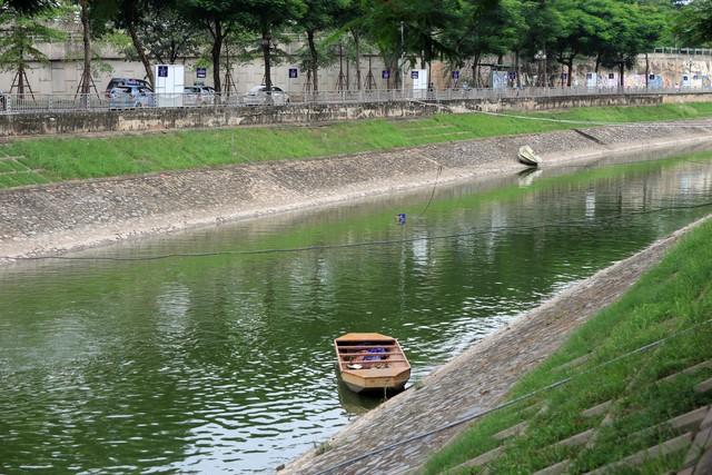 Theo những người dân sinh sống hai bên bờ sông, nước sông không chỉ trong xanh, sạch sẽ, mà từ khi bổ cập nước, mùi hôi thối không còn, không khí hai bên bờ sông cũng vì thế mà thoáng mát hơn. Ảnh: Bảo Loan