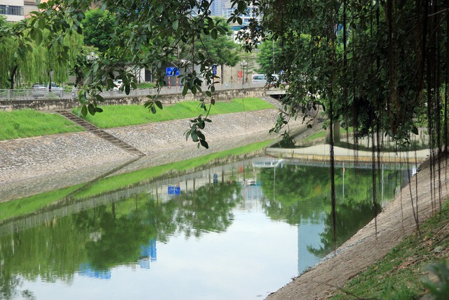 Những ngày này, đi dọc hai bên bờ sông Tô Lịch, không ít người sẽ bỡ ngỡ bởi nước trên bề mặt sông trong xanh, sạch đẹp, khung cảnh đẹp cũng được in rõ trên mặt nước. Ảnh: Bảo Loan