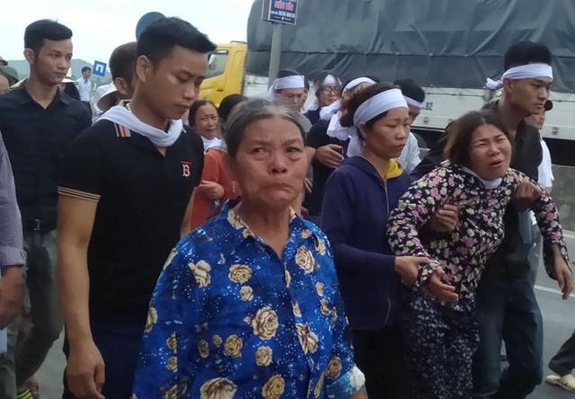 Người thân đau xót trong lễ đám tang của chị Phượng.