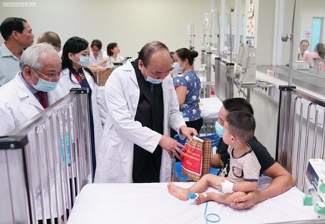Thủ tướng đã động viên nhân viên y tế, tới tận giường bệnh, thăm hỏi các gia đình có con em đang điều trị tại đây. Ảnh: VGP News