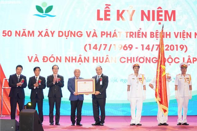 Thay mặt lãnh đạo Đảng, Nhà nước, Thủ tướng Nguyễn Xuân Phúc đã trao tặng Huân chương Độc lập hạng Nhì cho Bệnh viện Nhi Trung ương. Ảnh: VGP News