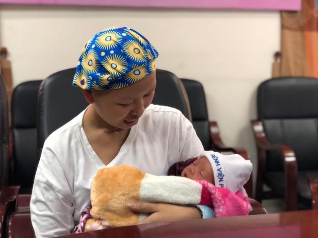 Người mẹ ung thư cùng con trai Bình An lần đầu xuất viện trở về quê - Ảnh 2.