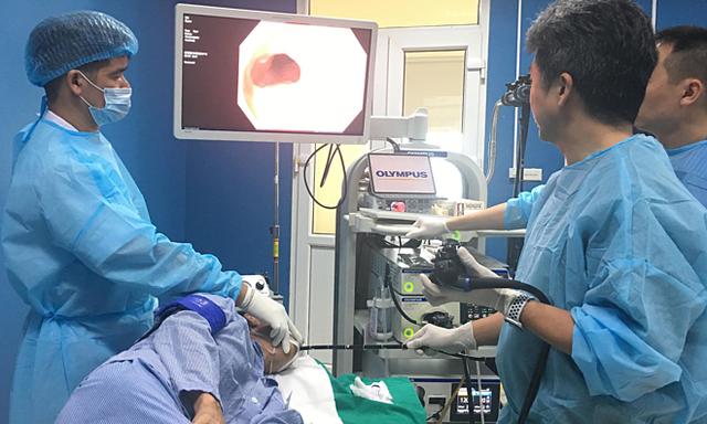 Bệnh nhân được nội soi cắt tổn thương ung thư thực quản, chiều 17/7. Ảnh: Lê Nga.