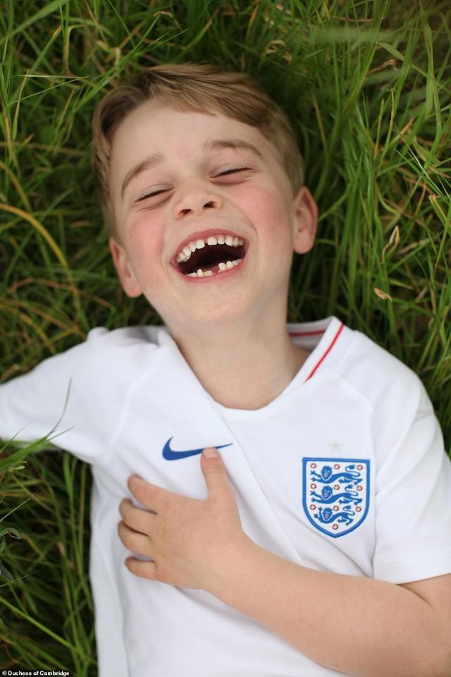 Cung điện công bố 3 bức hình mới tuyệt đẹp của Hoàng tử George mừng tuổi lên 6 - Ảnh 1.