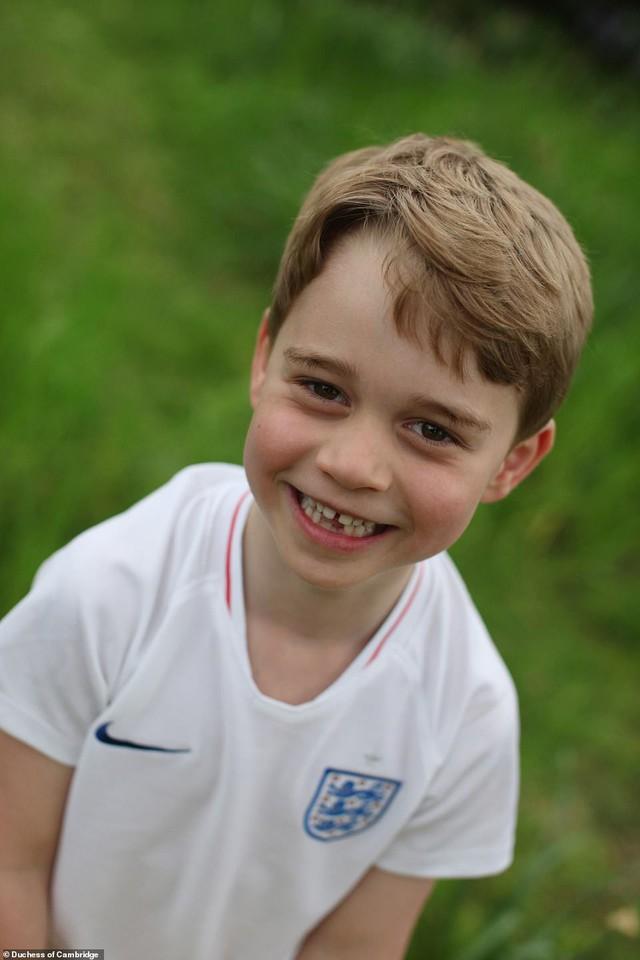 Cung điện công bố 3 bức hình mới tuyệt đẹp của Hoàng tử George mừng tuổi lên 6 - Ảnh 2.