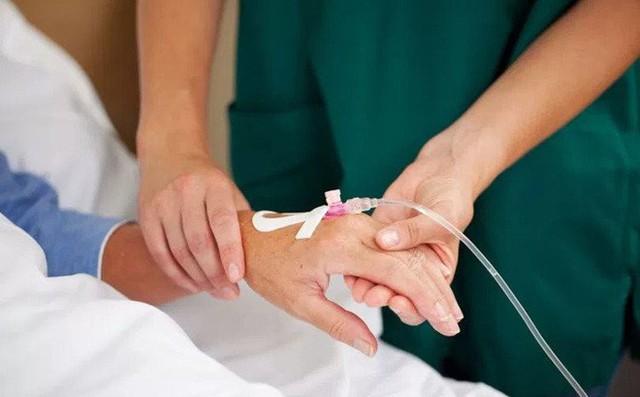 Nữ bệnh nhân ung thư chỉ uống nước trong 40 ngày với hi vọng khỏi bệnh, nhưng cuối cùng không qua khỏi vì cơ thể suy kiệt. Ảnh minh hoạ