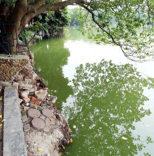 Bờ hồ Hoàn Kiếm bị sạt lở nghiêm trọng khiến nhiều người bất ngờ - Ảnh 1.
