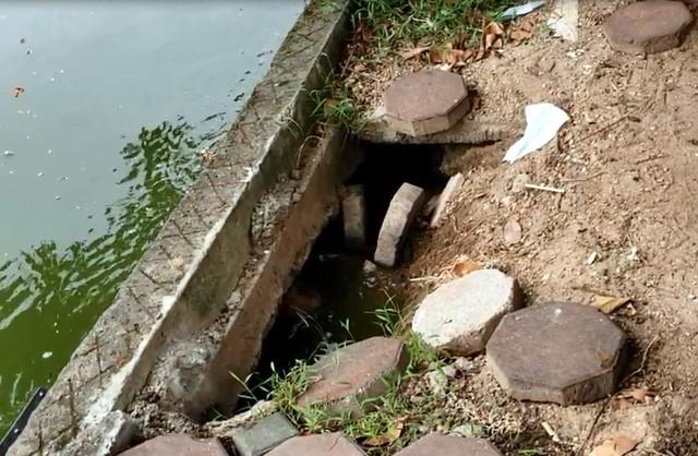 Bờ hồ Hoàn Kiếm bị sạt lở nghiêm trọng khiến nhiều người bất ngờ - Ảnh 3.