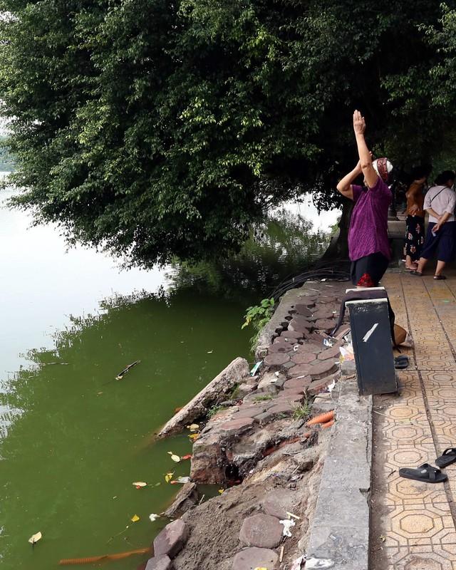 Bờ hồ Hoàn Kiếm bị sạt lở nghiêm trọng khiến nhiều người bất ngờ - Ảnh 4.