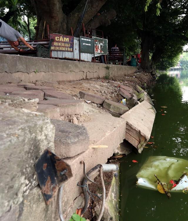 Bờ hồ Hoàn Kiếm bị sạt lở nghiêm trọng khiến nhiều người bất ngờ - Ảnh 5.