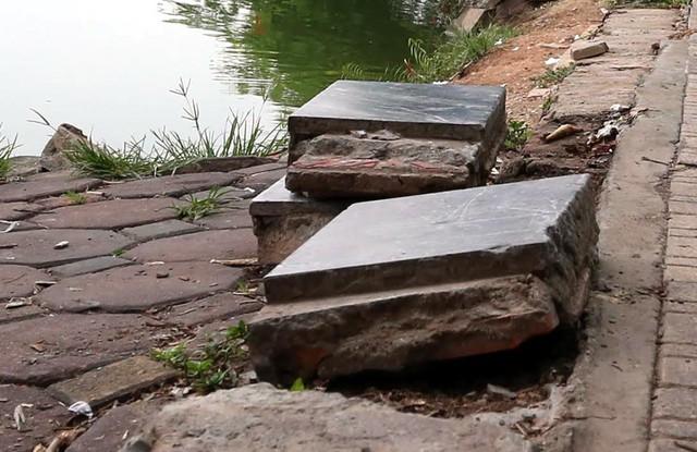 Bờ hồ Hoàn Kiếm bị sạt lở nghiêm trọng khiến nhiều người bất ngờ - Ảnh 6.