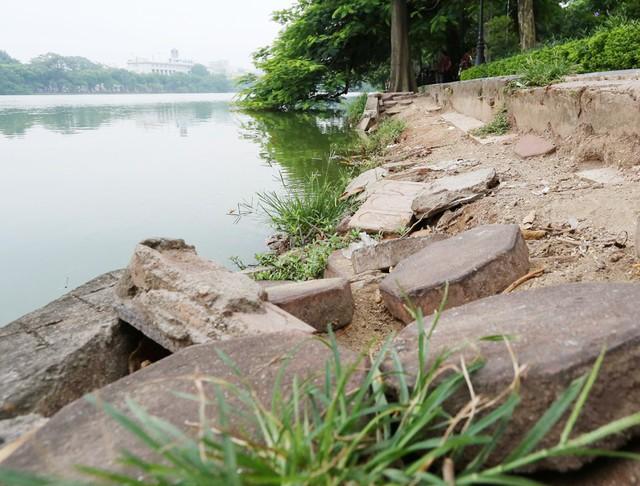 Bờ hồ Hoàn Kiếm bị sạt lở nghiêm trọng khiến nhiều người bất ngờ - Ảnh 7.