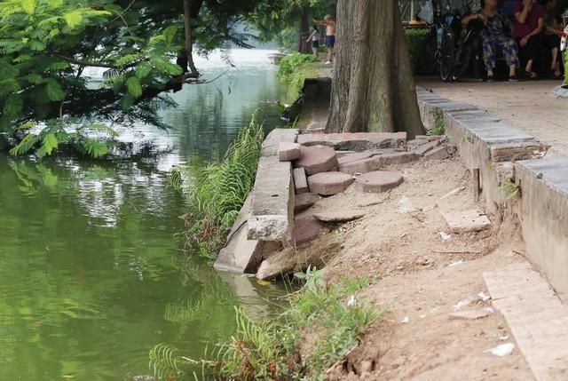 Bờ hồ Hoàn Kiếm bị sạt lở nghiêm trọng khiến nhiều người bất ngờ - Ảnh 8.