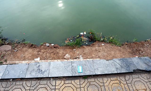 Bờ hồ Hoàn Kiếm bị sạt lở nghiêm trọng khiến nhiều người bất ngờ - Ảnh 9.