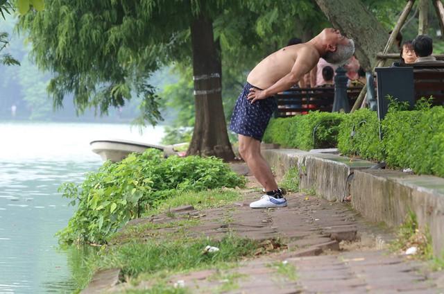 Bờ hồ Hoàn Kiếm bị sạt lở nghiêm trọng khiến nhiều người bất ngờ - Ảnh 10.