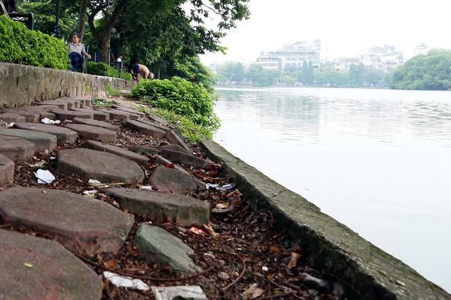 Bờ hồ Hoàn Kiếm bị sạt lở nghiêm trọng khiến nhiều người bất ngờ - Ảnh 2.