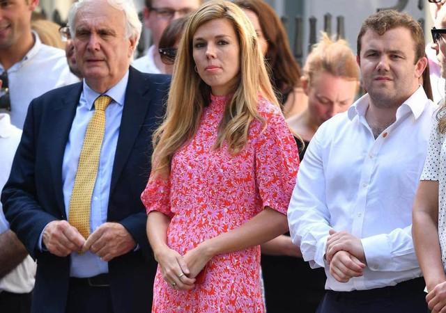 Bạn gái dọn đến sống chung với tân Thủ tướng Anh dù ông này chưa ly dị vợ, kẻ thứ 3 gây chú ý khi sao chép Công nương Kate - Ảnh 2.