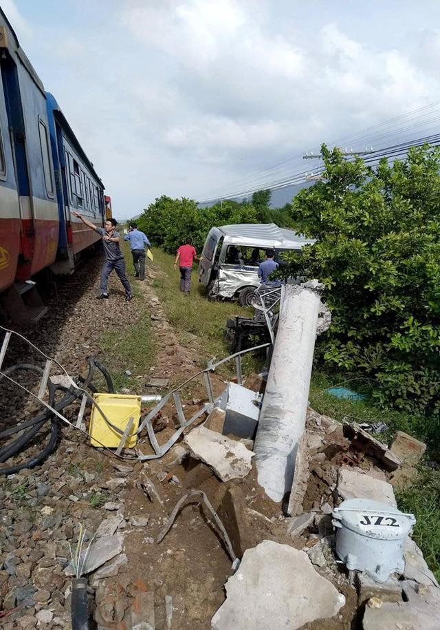 Tàu hỏa tông xe 16 chỗ, 3 người tử vong - Ảnh 1.