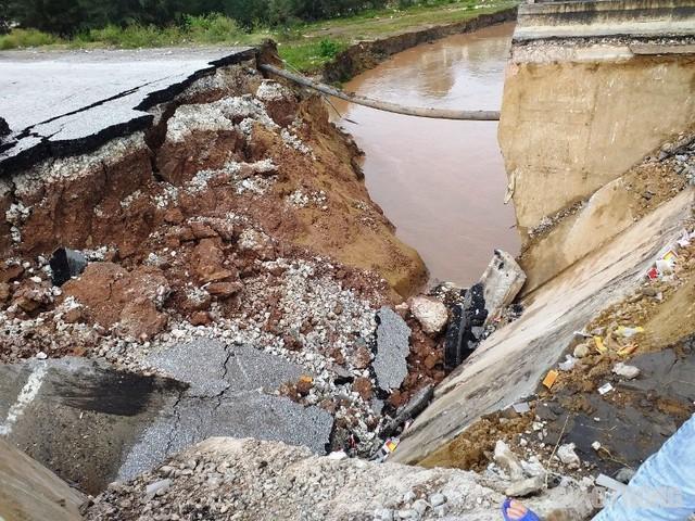 Thông tin mới nhất vụ sụt lún chân cầu khiến 5 người thương vong - Ảnh 2.