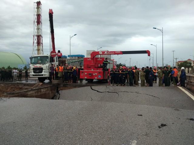 Thông tin mới nhất vụ sụt lún chân cầu khiến 5 người thương vong - Ảnh 1.