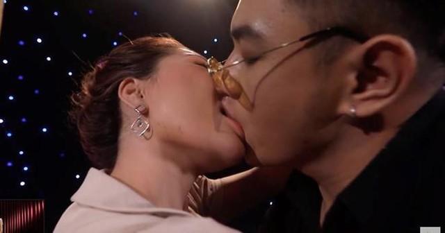 Cảnh hôn trong game show hẹn hò Lựa chọn của trái tim bị cho là gợi dục, phản cảm, không thích hợp trên sóng truyền hình.
