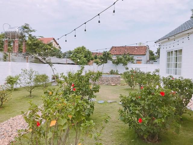 Không gian thoáng đãng, ngập tràn cỏ cây hoa lá được Duy Nam kỳ công trồng và chăm sóc.