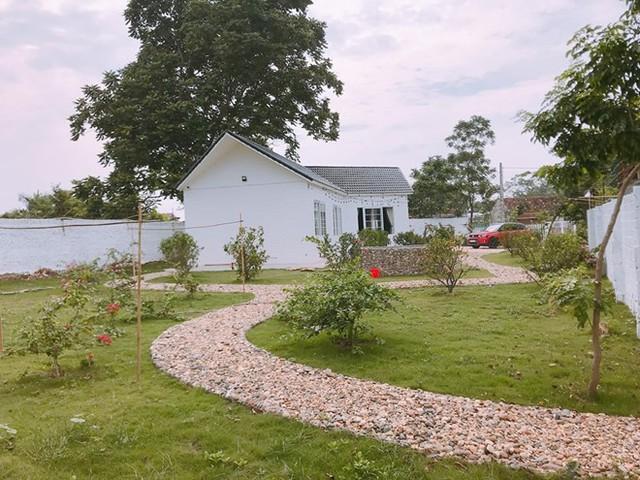 Không gian xanh mát xung quanh ngôi nhà được sơn trắng đẹp mắt.
