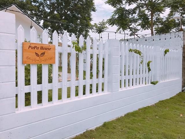 Diễn viên 29 tuổi đặt tên cho ngôi nhà của mình là Papa House với biểu tượng mầm cây vươn lên như mong muốn của con cháu cầu chúc bố mẹ thật nhiều sức khoẻ.