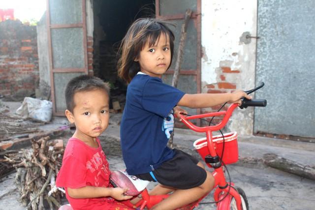 Cháu Hồng (6 tuổi) cùng em trai (3 tuổi) chưa có giấy khai sinh từ lúc chào đời đến nay. Ảnh: Đ.Tùy